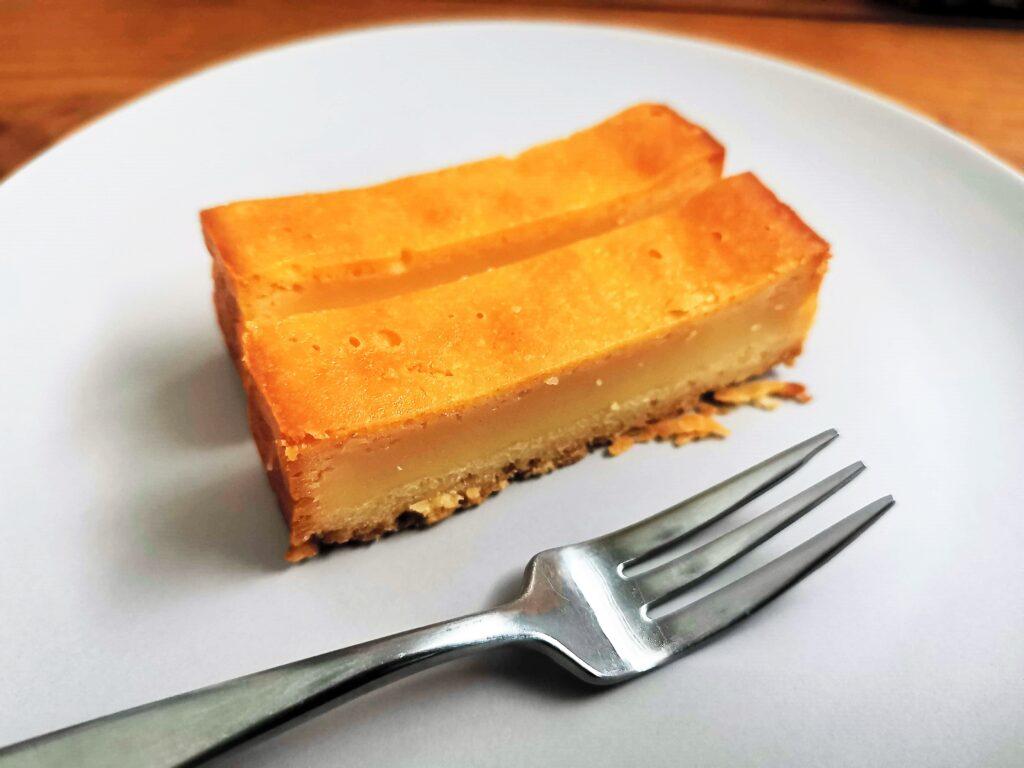 セブンイレブン クリームチーズと発酵バターでしっとり ベイクドチーズケーキ (1)