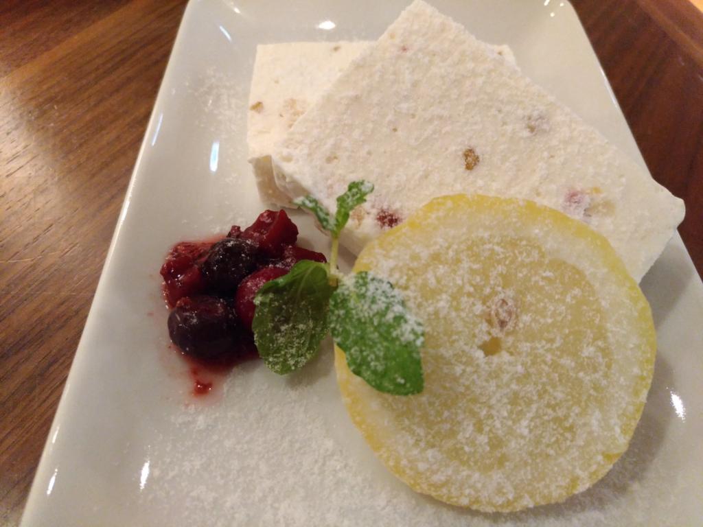 ナッツとドライフルーツ入りアイスチーズケーキ(タワーレコードカフェ) (2)_R