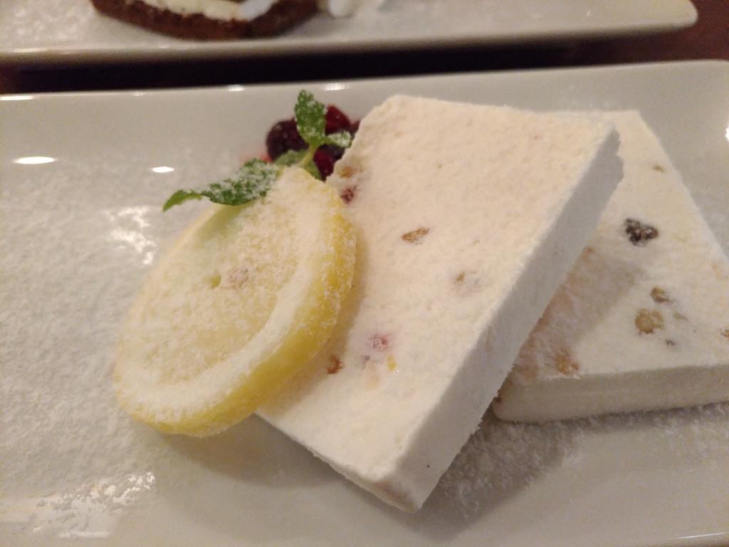 ナッツとドライフルーツ入りアイスチーズケーキ(タワーレコードカフェ) (1)_R