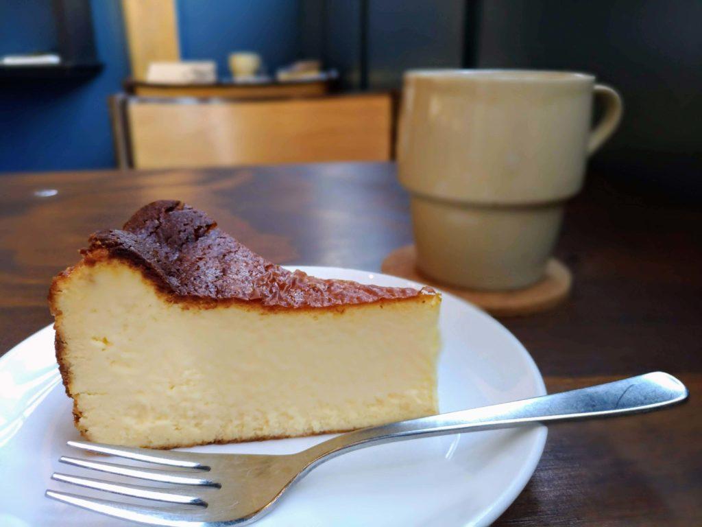 オクサワ・ファクトリー・コーヒー・アンド・ベイクス バスクチーズケーキ (3)