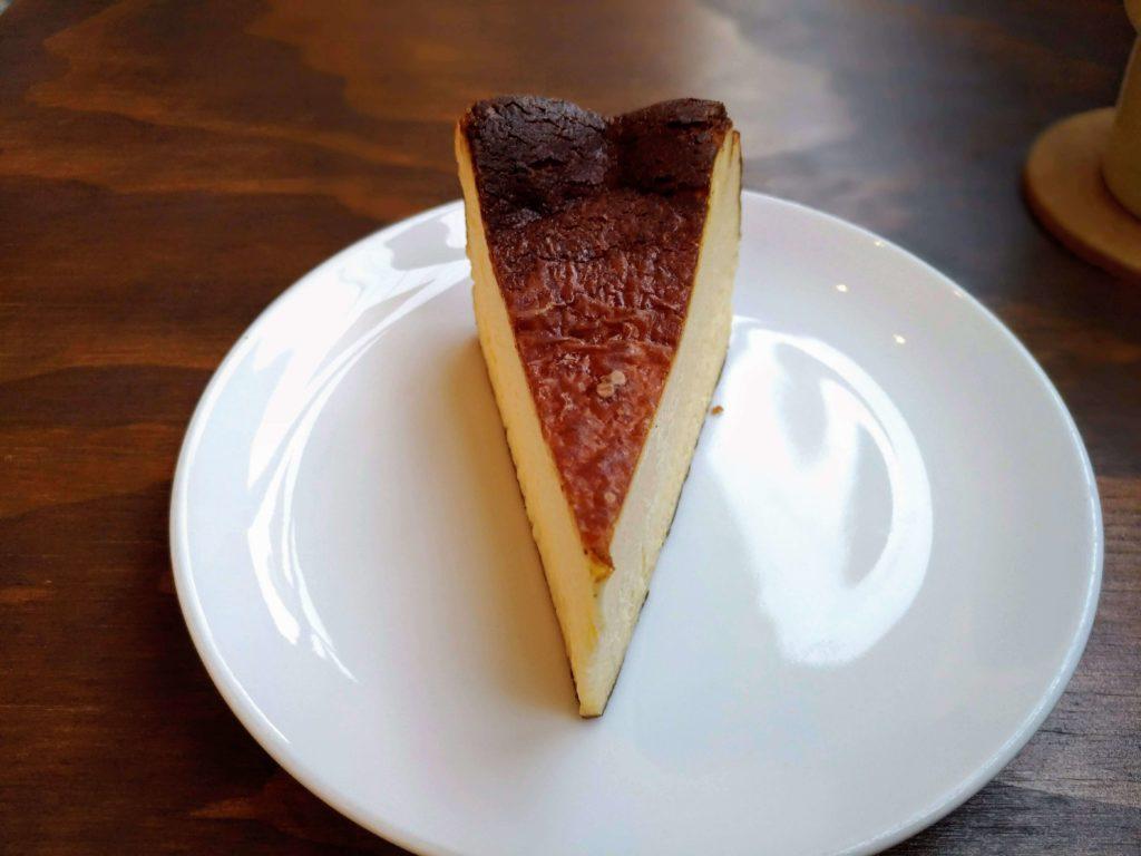 オクサワ・ファクトリー・コーヒー・アンド・ベイクス バスクチーズケーキ (5)