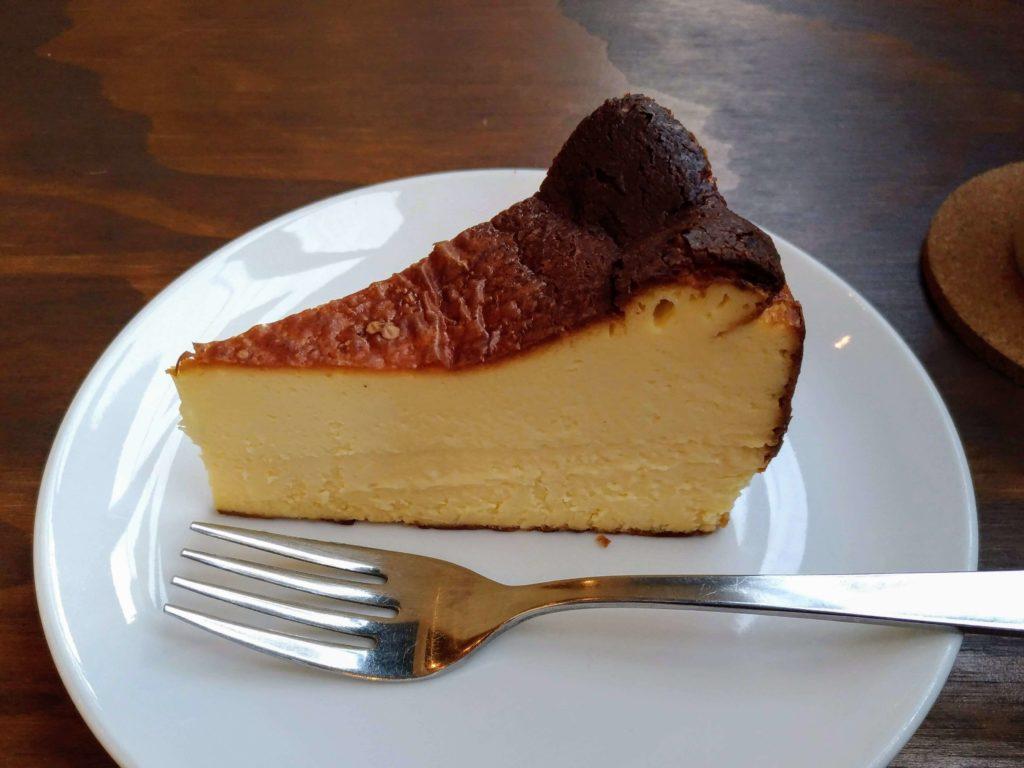 オクサワ・ファクトリー・コーヒー・アンド・ベイクス バスクチーズケーキ (7)