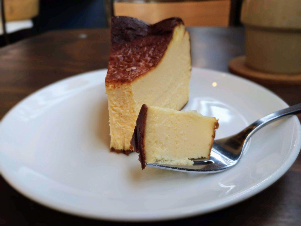 オクサワ・ファクトリー・コーヒー・アンド・ベイクス バスクチーズケーキ (1)