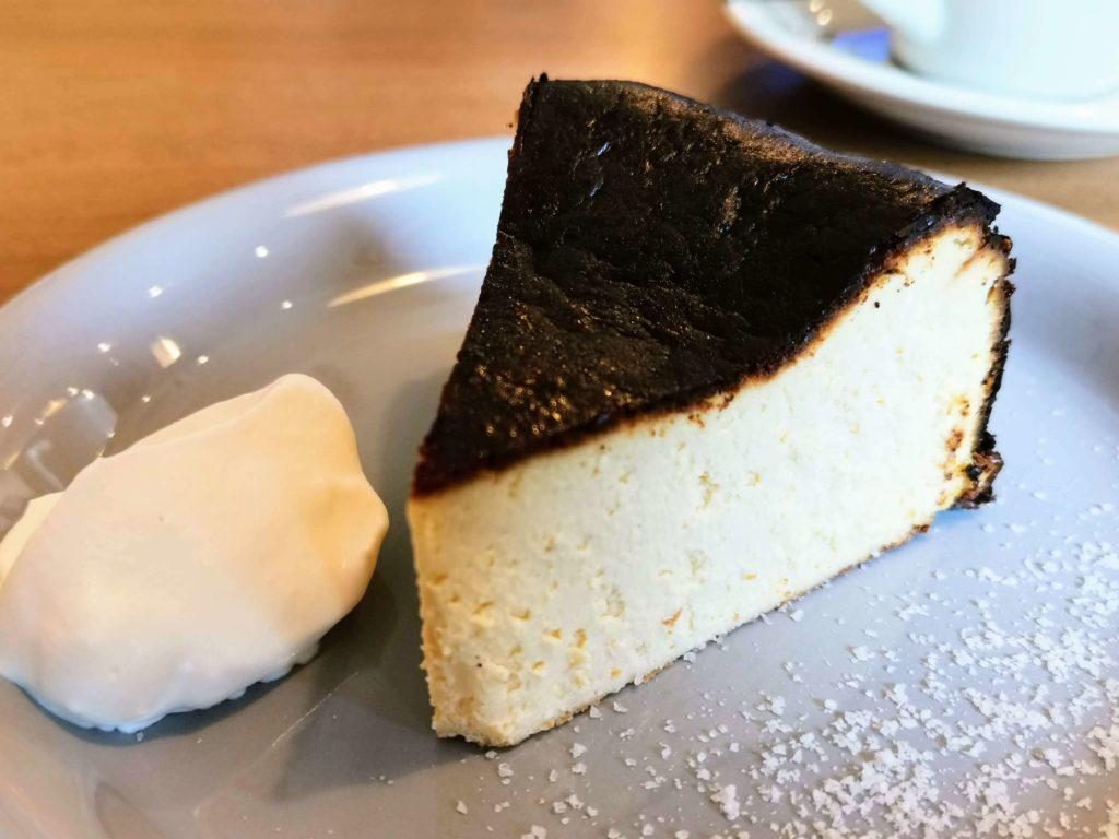 また先に紹介したような、「サーティンカフェ」のバスクチーズケーキと同じように自立できないタイプです。