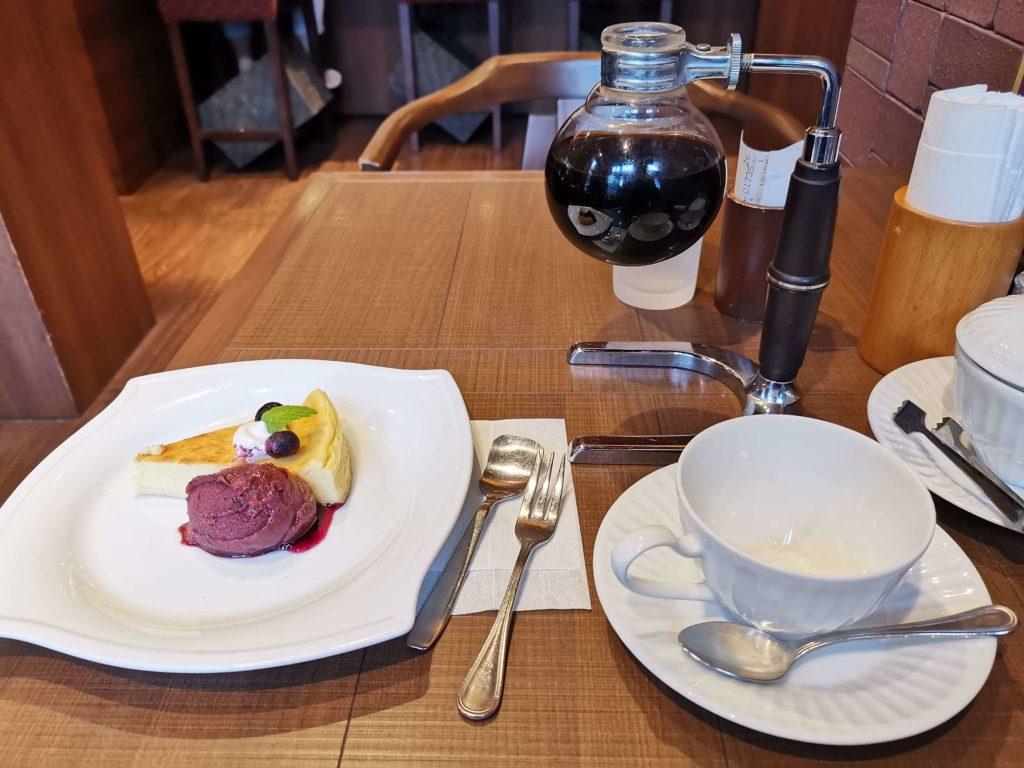 倉式コーヒー ニューヨークチーズケーキ (カシスシャーベット添え) (2)