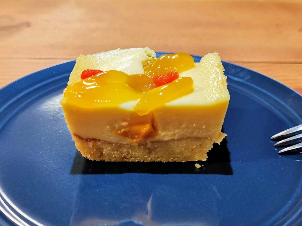 成城石井 プレミアムチーズケーキ マンゴーとコジベリーの杏仁チーズケーキ (2)