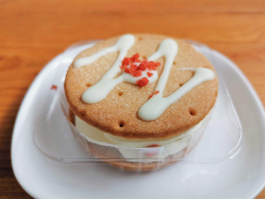 セブンイレブン しっとりクッキーサンド 苺のレアチーズ (3)