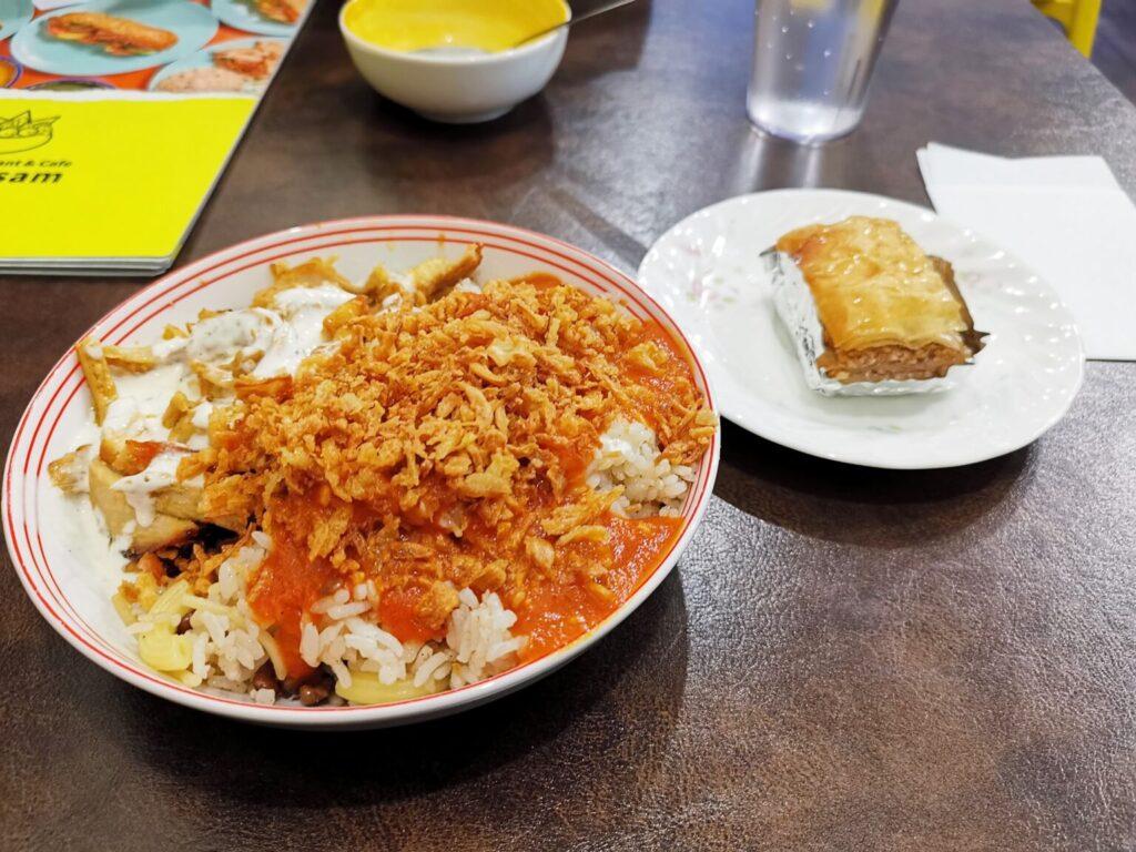 神楽坂 アラビックカフェ & デリ アブイサーム のコシャリとバグラバの写真
