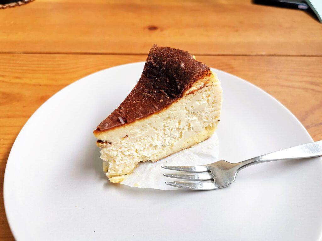 Quatre キャトル バスクチーズケーキの写真 (2)