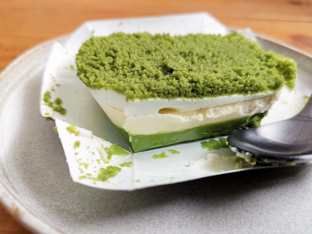 ファミリーマートのはじめは濃厚チーズなのにだんだん香り豊かな宇治抹茶ひろがるお抹茶チーズケーキ (5)