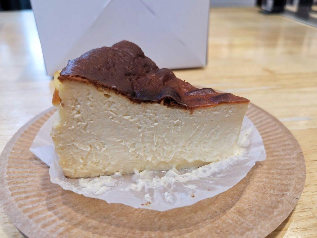 787 Nanohana Coffee Roaster(ナノハナコーヒーロースター)のバスクチーズケーキの写真