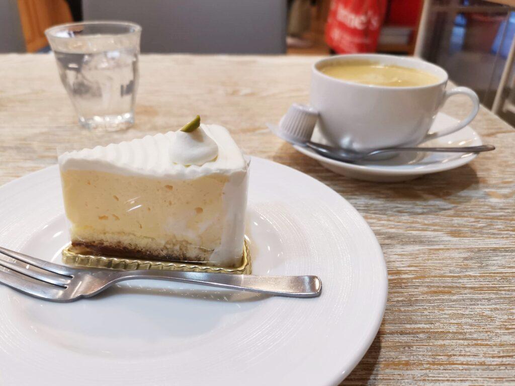 東十条【アドリア洋菓子店】の「ふんわりレアチーズの写真 (4)