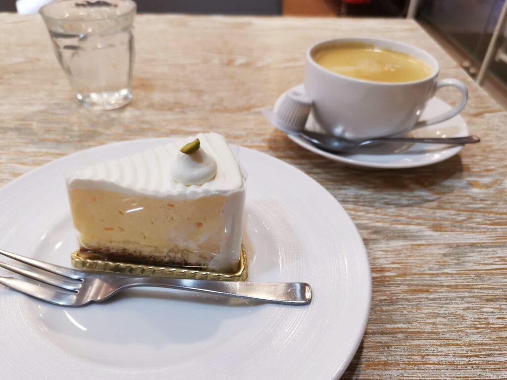 東十条【アドリア洋菓子店】の「ふんわりレアチーズの写真 (3)