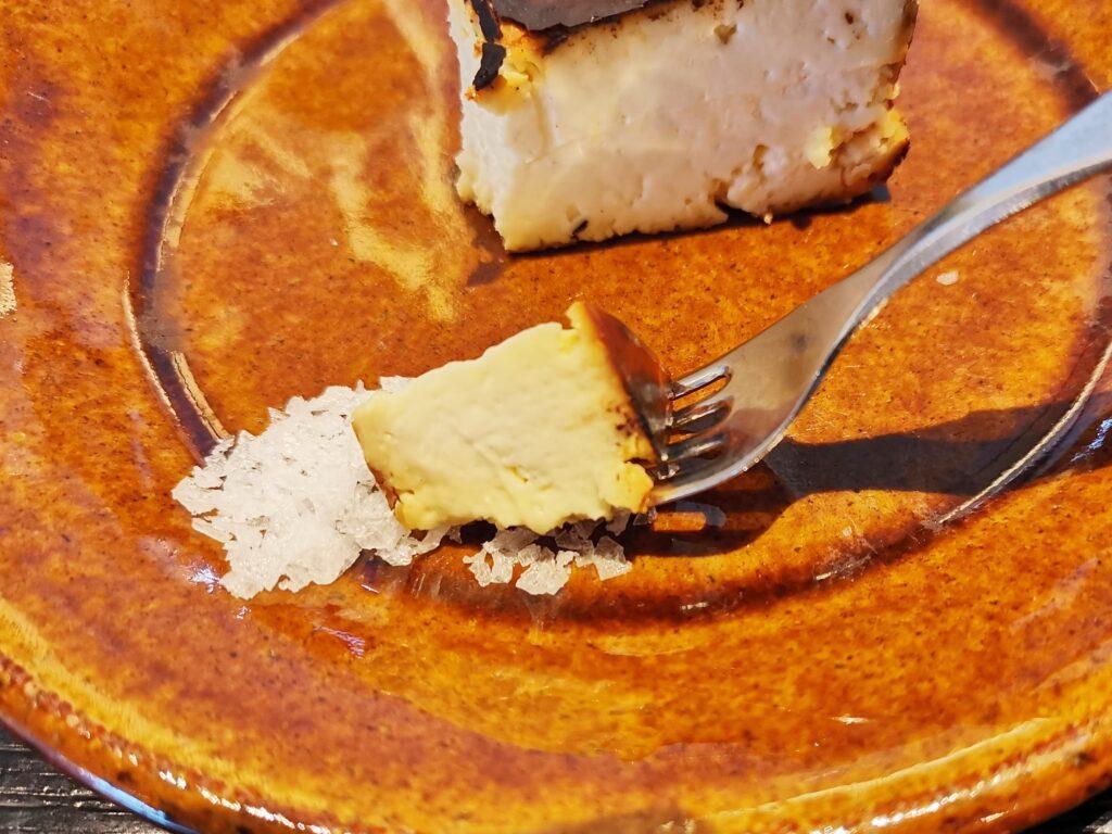 心斎橋「TUFFE(トゥッフェ)」 のベイクドチーズケーキの写真 (2)_R