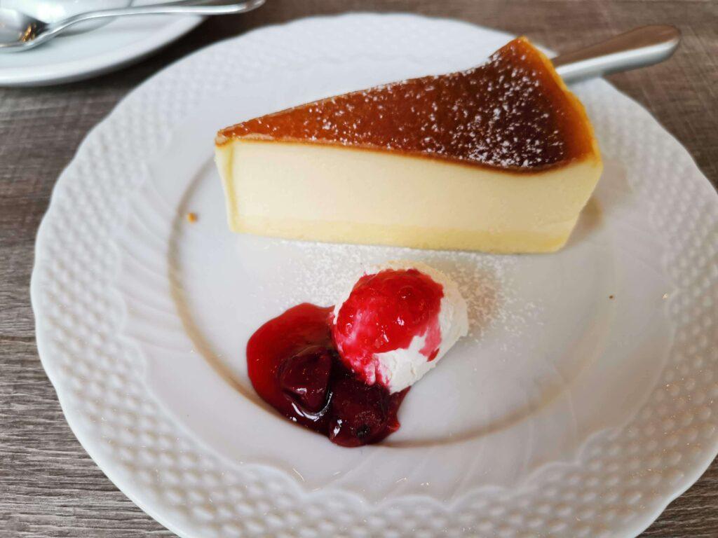 【星乃珈琲店】北海道バスクチーズケーキ チェリーソース添えの写真 (10)